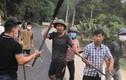 Vụ cầm dao chém ô tô trước mặt công an ở Hòa Bình: Bắt giam 3 người