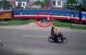 Video: Hai thanh niên 'đánh lừa tử thần' thoát chết ngay trước đầu tàu hỏa