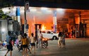 Ô tô lùi bất cẩn, cây xăng bốc cháy ngùn ngụt ở Hà Nội