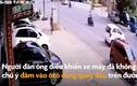 Video: Không chú ý, mô-tô đâm vào xế hộp đang quay đầu xe