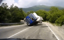 """Video: Vào cua thiếu tinh tế, xe bồn lật nghiêng, xe ngược chiều """"hứng trọn"""""""