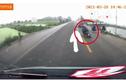 Video: Tài xế đánh lái xuất thần, cứu mạng người đàn ông đi xe máy