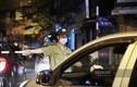 """Hà Nội: Nhiều người """"ngậm ngùi"""" ra về khi bar, karaoke phải đóng cửa"""