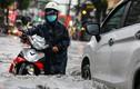 Người dân vật lộn trong trận mưa lút bánh xe ở TP Thủ Đức
