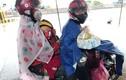 COVID-19: Xót xa những trẻ nhỏ co ro trên xe máy về quê