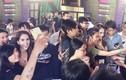 Ngọc Trinh bị fan vây kín ở hậu trường gameshow