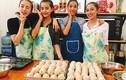 Lan Khuê vui vẻ cùng học trò làm bánh tặng trẻ em