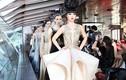 Siêu mẫu Jessica Minh Anh đẹp lạnh lùng làm vedette tại Paris