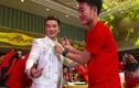 Gặp cầu thủ U23 Việt Nam, Đàm Vĩnh Hưng xin chữ ký đầy áo