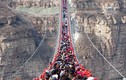 Hàng trăm người chen chúc trên cầu treo đáy kính dài nhất thế giới