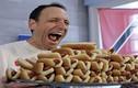 """Video: """"Thánh ăn"""" lập kỷ lục ăn 74 cái bánh mỳ kẹp xúc xích trong 10 phút"""