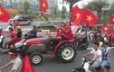 """Video: CĐV lái 4 máy cày """"chất như nước cất"""" đi đón Olympic Việt Nam"""