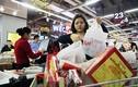 Người dân tấp nập vào siêu thị sắm Tết