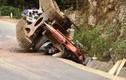 Thanh Hóa: Máy xúc rơi từ thùng xe tải đè chết người đi đường