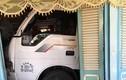 Video: Xe tải mất lái chui tọt vào nhà, dân chạy tán loạn