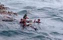 Chùm ảnh: Rưng rưng xúc động đón 3 ngư dân bơi 25 giờ trở về