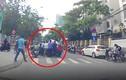 Nữ tài xế tông trúng cụ ông đi xe lăn qua đường, hàng chục người nâng xe giải cứu