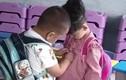 Chứng kiến cậu bé mầm non giúp bạn gái cài cúc áo, GV lập tức làm điều này
