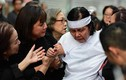 Lễ đưa tang NS Chánh Tín: Vợ nhiều lần ngã quỵ, con trai chưa kịp về