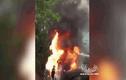 Video: Xe container bất ngờ bốc cháy ngùn ngụt trên quốc lộ 3