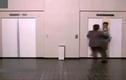 Clip hài hước: Người đàn ông bị thang máy chơi xấu