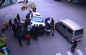 Xúc động đám đông hợp sức cứu phụ nữ bị ô tô chèn