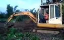 Xôn xao bé 3 tuổi lái máy xúc siêu đẳng ở VN