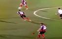 Hài hước cầu thủ bị rơi tóc giả khi đang thi đấu