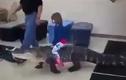 Kinh hoàng bé gái cưỡi cá sấu đi chơi