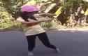 """Thiếu nữ đội mũ bảo hiểm, """"quẩy"""" điên cuồng bên vườn chuối"""
