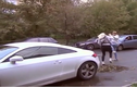 Gái trẻ đi Audi vượt đèn đỏ còn hung hăng đánh người