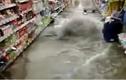 Nước từ lòng đất chảy lên như lũ trong cửa hàng