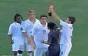 Cầu thủ liều lĩnh cướp thẻ đỏ ngay trên tay trọng tài