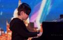 Xem cậu bé bịt mắt chơi piano hay đến kinh ngạc