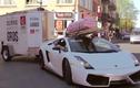 """Siêu xe Lamborghini tự """"hành xác"""" khi chở hàng trên phố"""