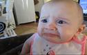 Biểu cảm hài hước khó đỡ của em bé khi ăn bơ
