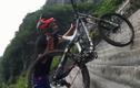 """Kỷ lục """"cưỡi"""" xe đạp vượt 999 bậc thang trong 30 giây"""