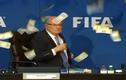 Chủ tịch FIFA Sepp Blatter bị ném tiền vào mặt
