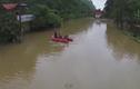 Đi ghe thuyền trên đường phố trong mưa lũ ở Quảng Ninh