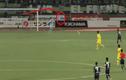 Pha đỡ bóng thảm họa nực cười của thủ môn