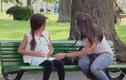 """Bé gái """"mang bầu"""" ngồi trong công viên gây kinh ngạc"""