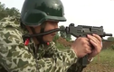 Đặc công Việt Nam tấn công mục tiêu bằng súng tiểu liên