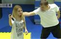 Cách biến gậy tự sướng thành công cụ tự vệ cho bạn gái