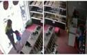 Video: Mẹ dàn cảnh để con trai 3 tuổi trộm tiền tinh vi