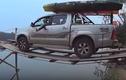 Người đàn ông điều khiển ô tô qua cầu ván ọp ẹp điệu nghệ