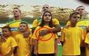 Clip Cầu thủ Australia vuốt ve ngực con gái ngay trên sân bóng