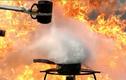 Xem phản ứng khủng khiếp khi đổ nước sôi vào chảo dầu nóng