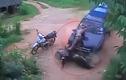 Hãi hùng ô tô mất lái đâm bẹp người đi xe máy