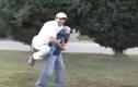 Bé sơ sinh cõng bố trên lưng khiến người xem tá hỏa