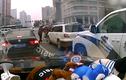 Cảm động tài xế bỏ xe giúp người khuyết tật